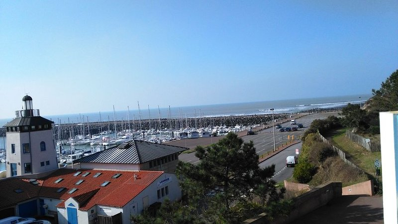 Appartement avec terrasse couverte  vue mer et son port de plaisance., holiday rental in Talmont Saint Hilaire