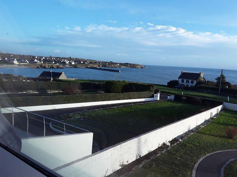 Jolie petite maison vue panoramique sur la mer et à 100 m des plages, holiday rental in Plogoff