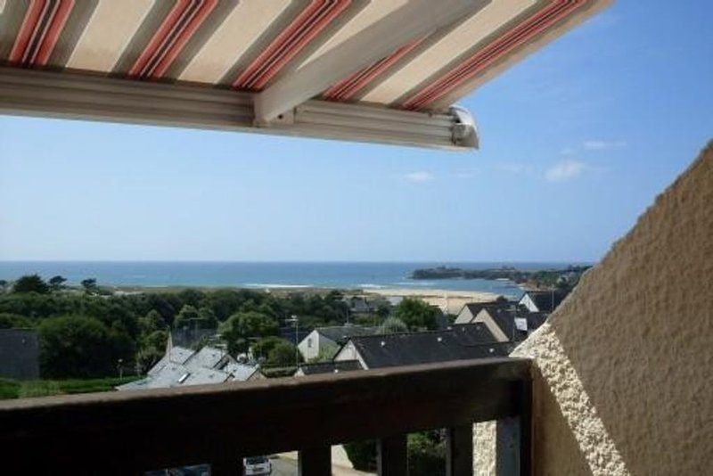appartement -balcon avec vue panoramique sur la mer & piscine chauffee, holiday rental in Queven