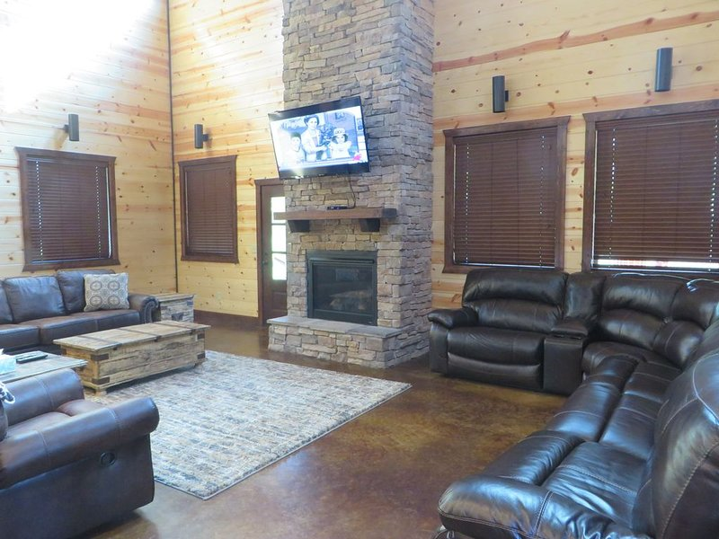 MULTI-FAMILY LUXURY CABIN~6 MASTERS~3 STORIES~ROOM FOR EVERYONE! SLEEPS 22, vacation rental in Hochatown