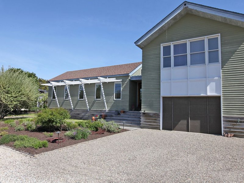 Modern Beach House in Loveladies with pool, holiday rental in Long Beach Township