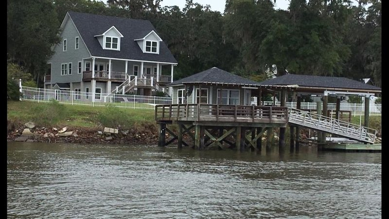 Midway GA! Waterfront. Secluded on 2 Acres!, alquiler de vacaciones en Townsend