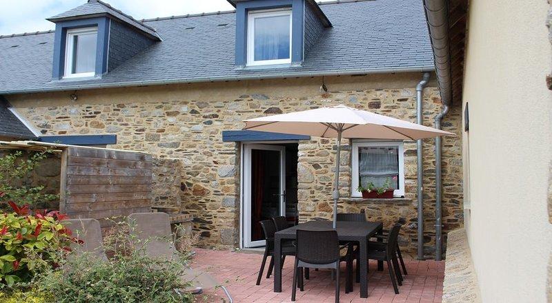 Gîte TI MELEN dans ancien corps de ferme , baie du Mont-st-Michel, casa vacanza a Hirel