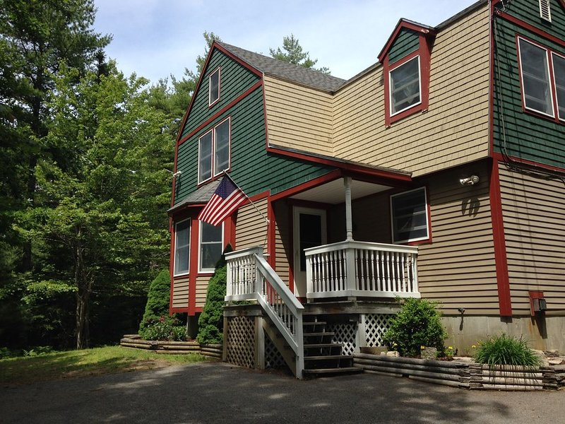 Charming, beautifully maintained gambrel with lake view! Clean, open comfort., location de vacances à Parc national d'Acadie