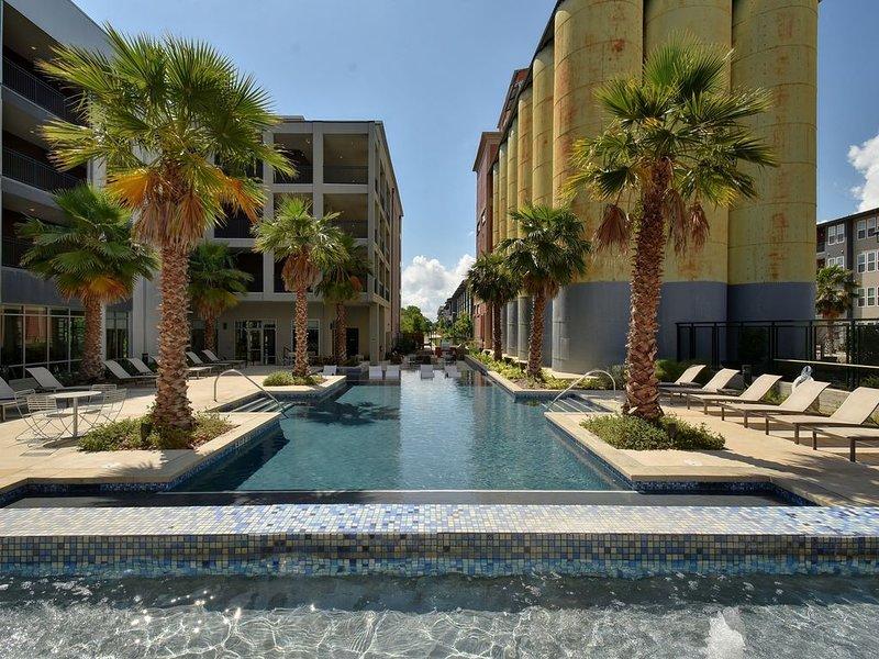 Walk Along San Antonio River From a Top Floor Apartment, alquiler de vacaciones en San Antonio