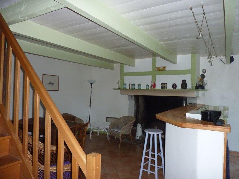 Maison en pierre de pays à proximité du havre de Regnéville sur mer, holiday rental in Regneville-sur-Mer
