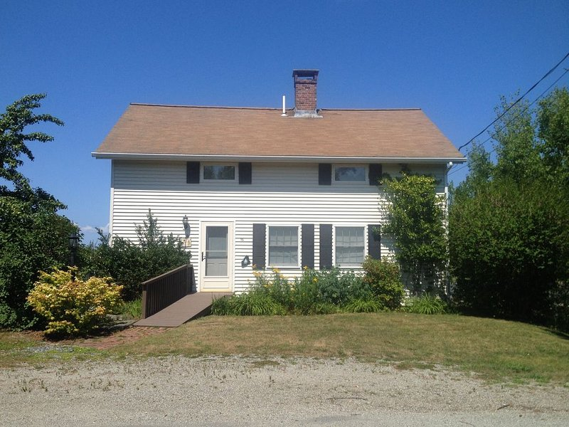Oceanfront Cottage with views of a traditional Maine fishing harbor, holiday rental in Bass Harbor