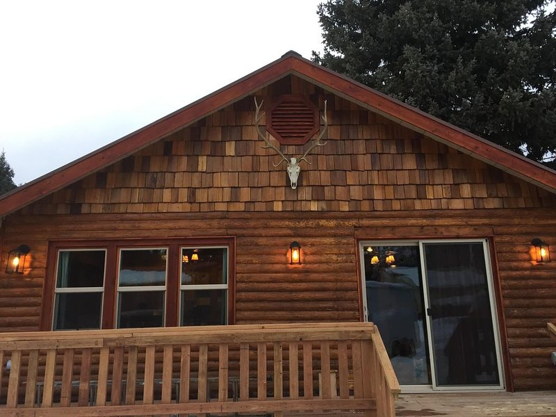 Middle of Town-On the River-Ski-In/Ski-Out-NO cleaning Fee-Completely Remodeled!, holiday rental in Red River