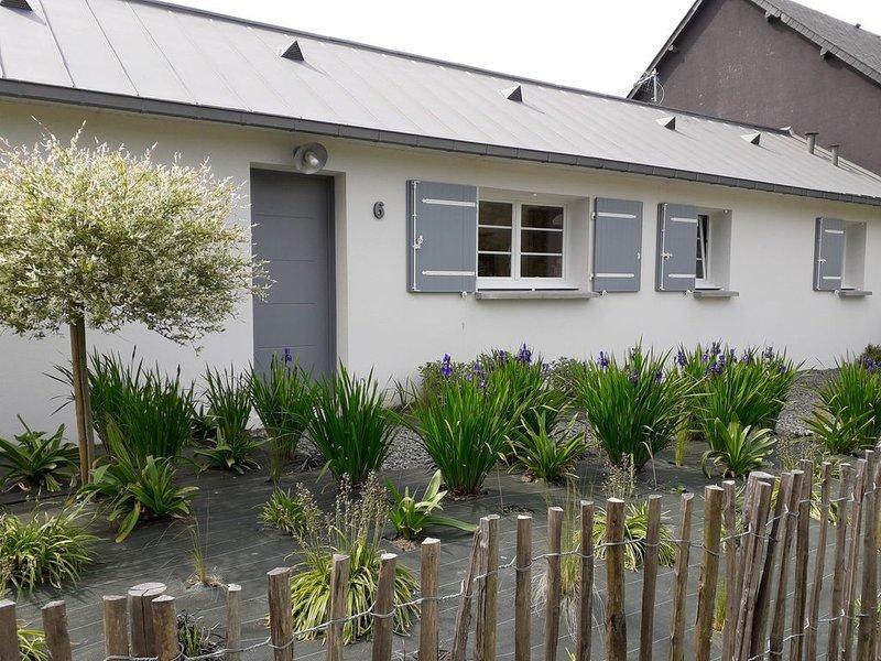 Maison de plain pieds avec cour intérieure fermée à l'abri des regards., holiday rental in Ploubalay