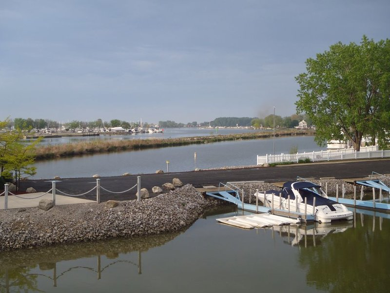 #C - 1 of 4 Waterfront Rental Units - Clean, Safe & Small Complex (Sleeps 8-32), holiday rental in Marblehead