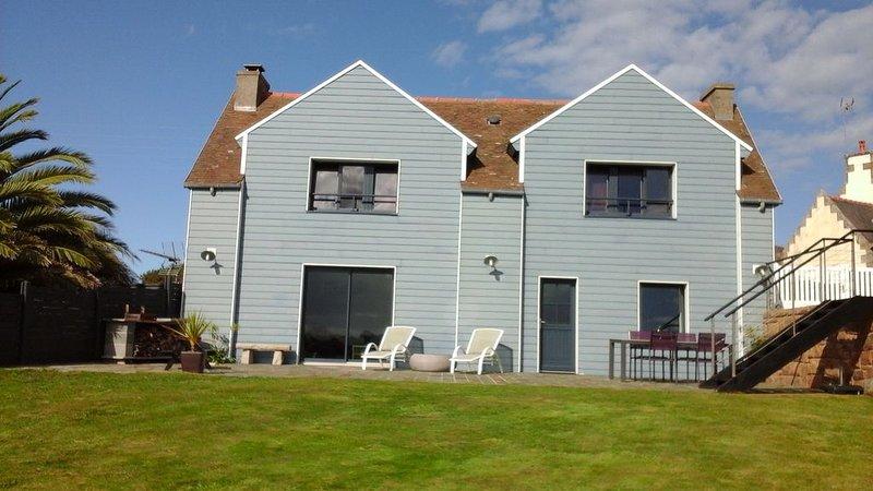 La maison bleue très belle vue mer proche TREGASTEL, casa vacanza a Pleumeur Bodou