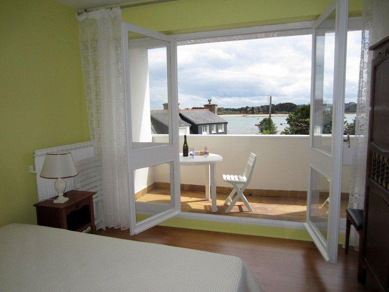 Appartement 54 m2 près des plages - vue sur mer et rochers à Trégastel, holiday rental in Ploumanac'h