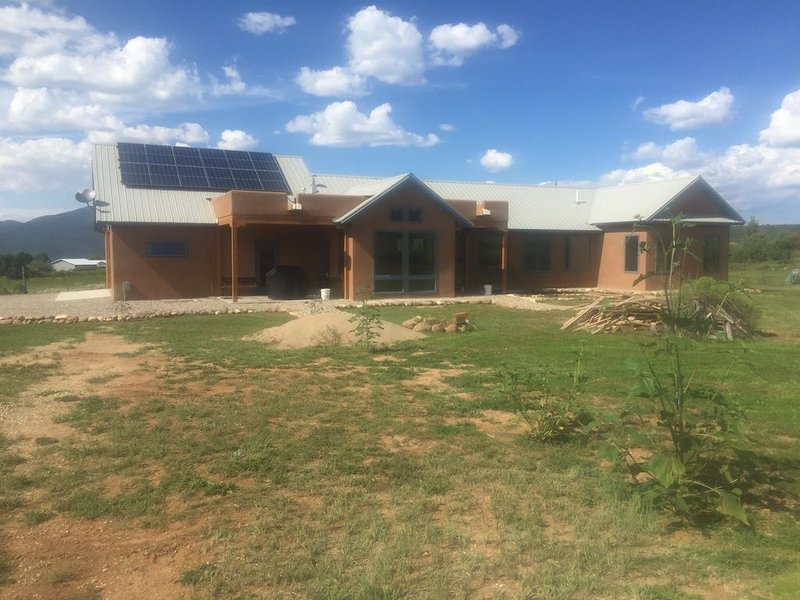 Sustainable Mountain Retreat, 12 miles to Sipapu, 27 to Taos, 51 to Santa Fe, holiday rental in Dixon