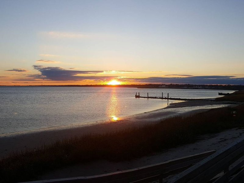 Lakes Bay Waterfront Location With Amazing Sunset Views! – semesterbostad i Pleasantville
