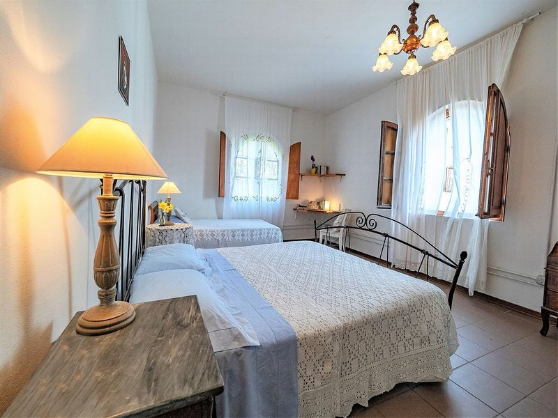 Charming olive farm  -  ideal for couples & small families, AC & Wifi,, casa vacanza a Bientina