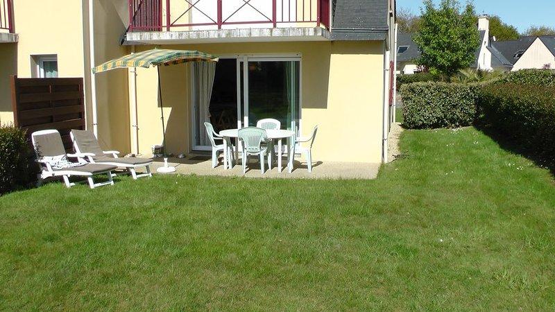 Appartement récent en rez de chaussée avec jardin au calme proche des plages, holiday rental in Fouesnant