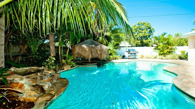 PRIVATE POOL, WALK TO BEACH, holiday rental in Holmes Beach