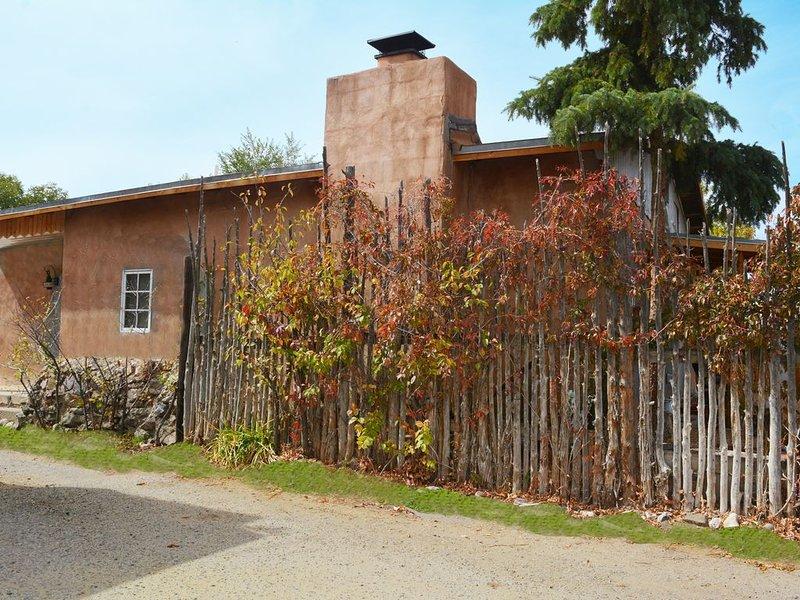 Charming 2 Master Bedrooms with Hot Tub Short Walk to Taos Plaza, holiday rental in Ranchito