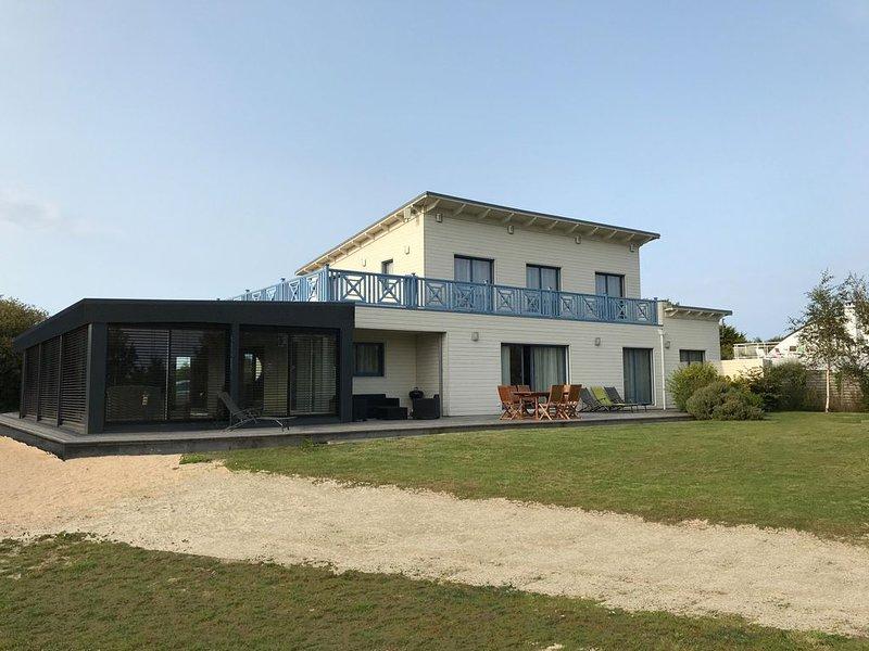 Grande maison bord de mer - piscine intérieure chauffée, holiday rental in Lesneven