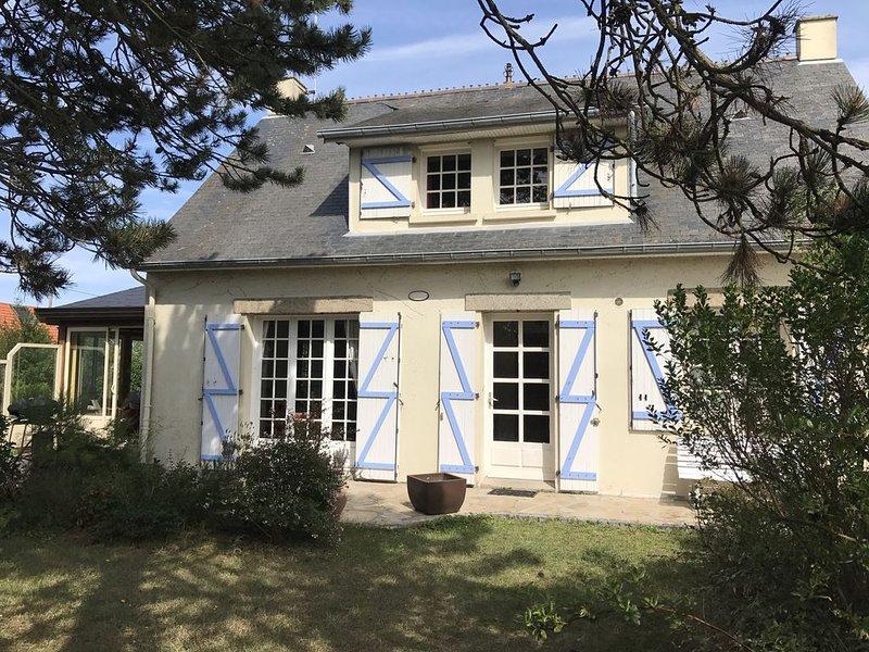 MAISON  LUMINEUSE, SPACIEUSE  ET CONFORTABLE AVEC GRAND JARDIN CLOS avec WIFI., holiday rental in Regneville-sur-Mer