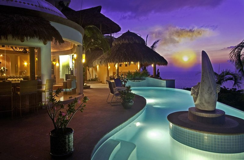 LUXURY 8750 SQ FT VILLA 5 BEDROOM 7 BATH WITH PREMIER LOCATION TO BEACH AND TOWN, vacation rental in Puerto Vallarta