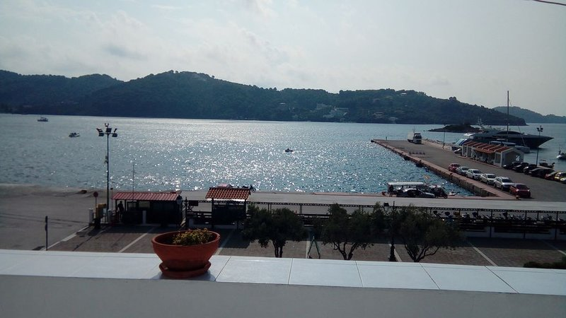 'Urania' town house, the most central house in Skiathos town, right on the sea, location de vacances à Skiathos Town