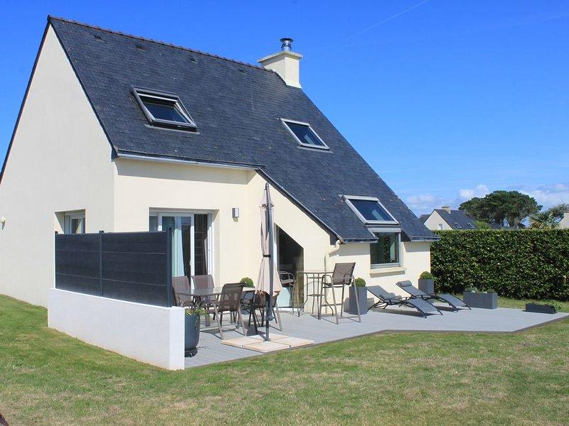 Maison à proximité immédiate de la plage et chemin de randonnée, holiday rental in Ploudalmezeau