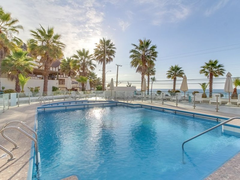 Oceanfront apartment w/shared pool & furnished balcony - perfect for families!, location de vacances à Concon