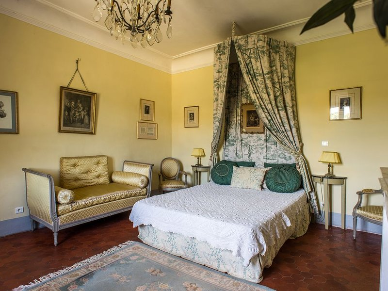 Chambre Double 'Marie Antoinette' au Château (capacité 3), location de vacances à Valensole