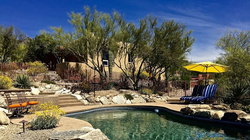 Tucson's Gateway to Best Restaurants & Shopping + Heated Pool + 2 Master Suites, alquiler vacacional en Tucson
