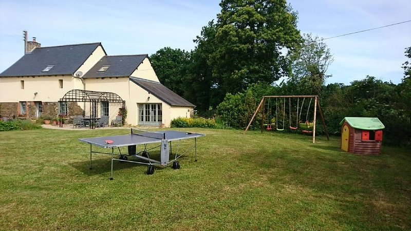 Charmant cottage tout équipé près  Dinan, Dinard, St Malo, Rennes, Mont-St-Miche, holiday rental in Hede