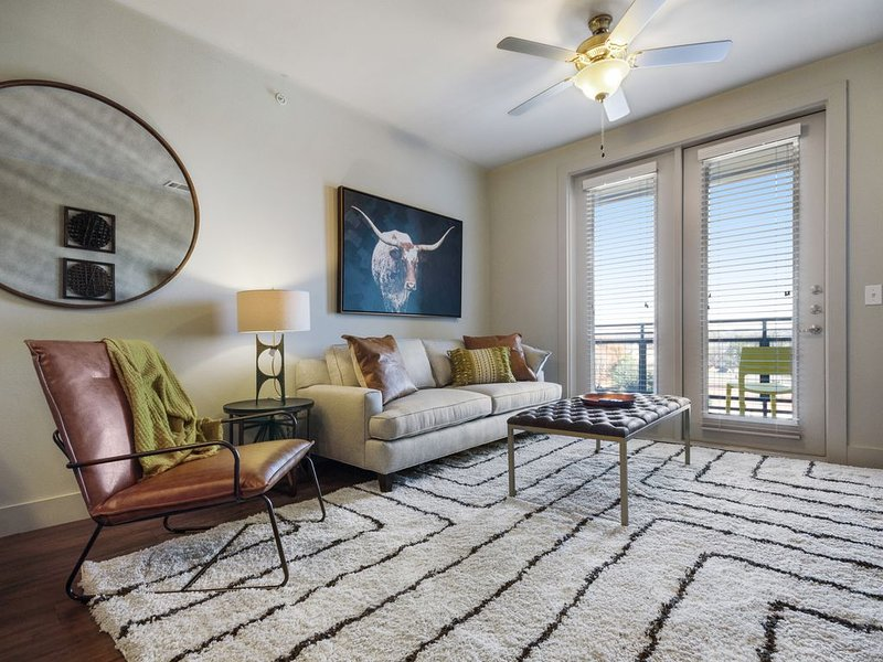 Modern condo w/shared pool and private washer/dryer - two miles from downtown – semesterbostad i Dallas