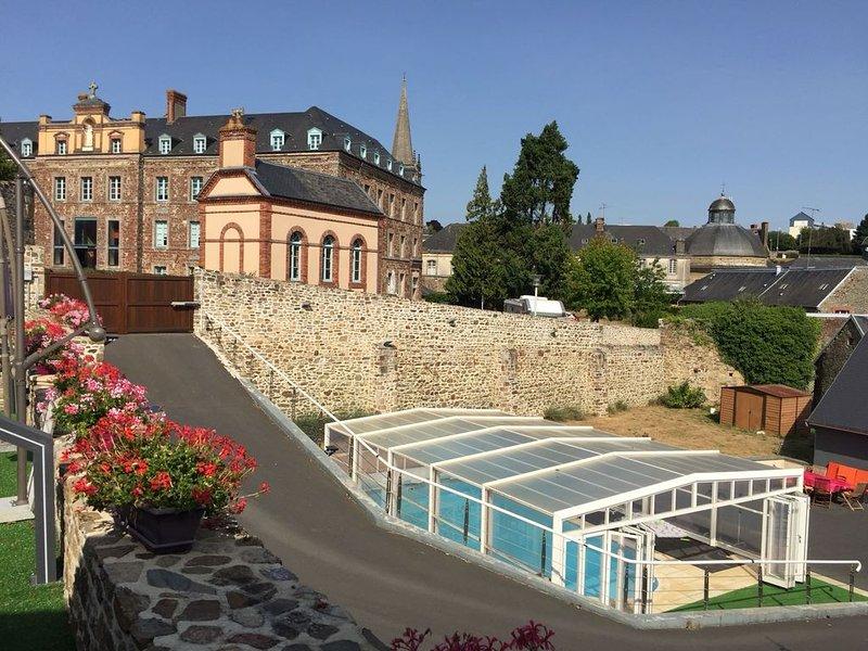 Charmante maison à Coutances avec Piscine chauffée jusqu'a 8 coucharges, location de vacances à Saint-Michel-de-la-Pierre