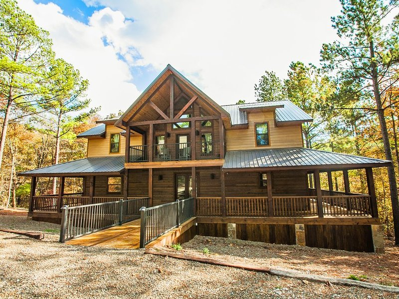 New! 5 Bedroom, 3.5 Bath with loft, Hot Tub & outside Kitchen, holiday rental in Broken Bow