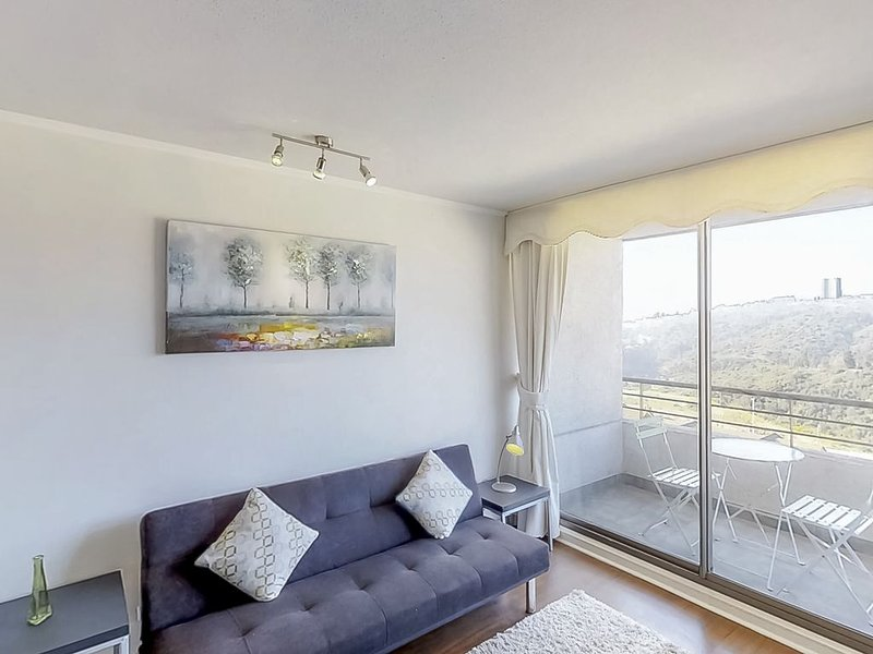 Cozy apartment with shared pool, gym and furnished balcony - quiet location!, alquiler de vacaciones en región de Valparaiso