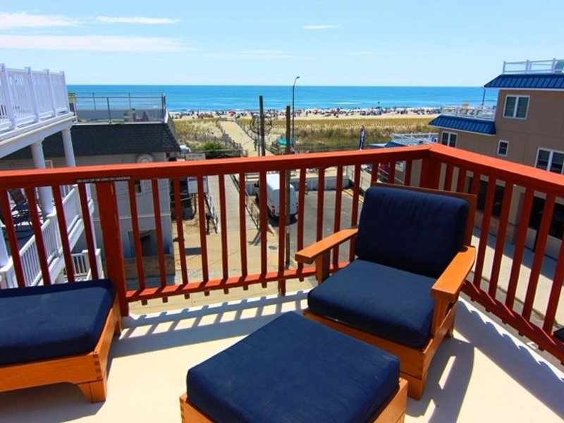 4 Br, 2 Ba Penthouse Condo with Ocean View- Beach Block- Heart of Sea Isle City, holiday rental in Sea Isle City