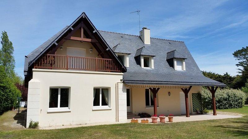 Belle maison familiale à 100m de la plage avec grand jardin arboré, holiday rental in Le Pouliguen