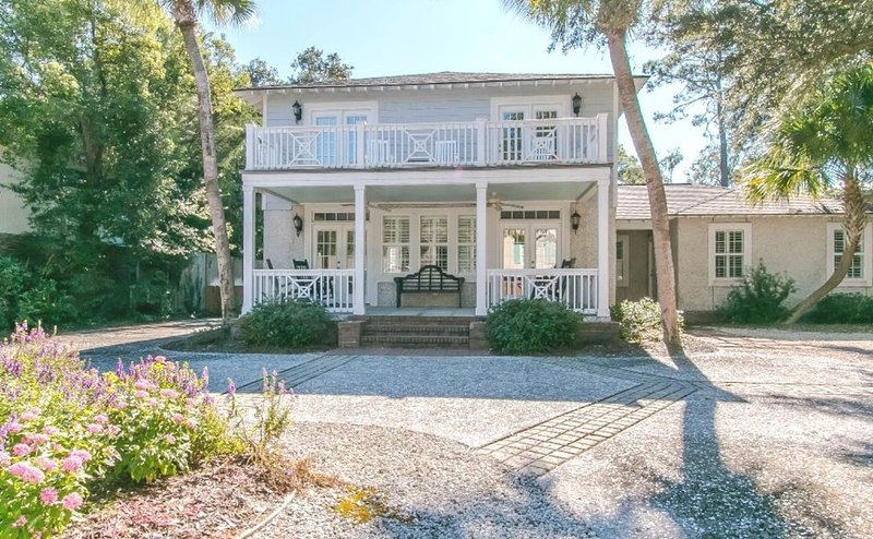 Large East Beach home with private pool, walk to Gould's Inlet of St. Simons, location de vacances à Sea Island