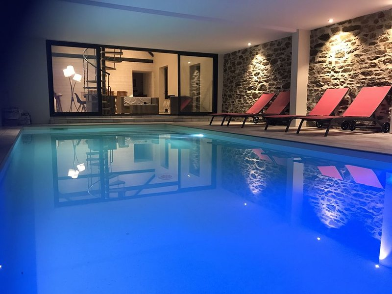 Longère, piscine intérieure chauffée toute l'année, Jacuzzi, 12 personnes, location de vacances à Landerneau