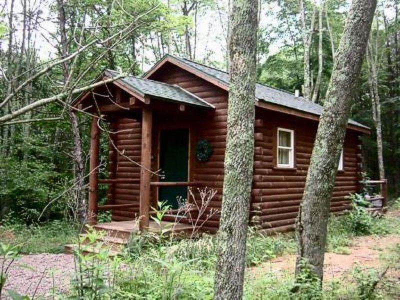 Couples cabin with a deck, fire ring, hot tub and fire ring!, location de vacances à Logan