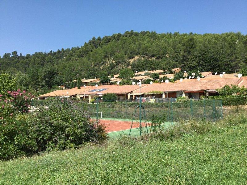 Mazet tout équipé dans copropriété avec piscine, tennis, terrain de boule, holiday rental in Valensole