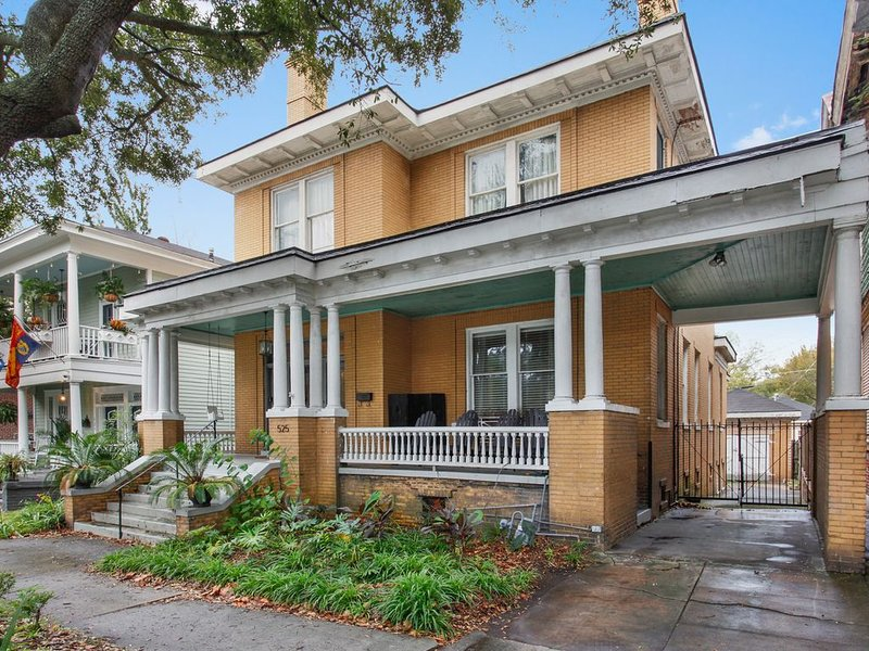 Big Yellow Brick House - Victorian District, vacation rental in Thunderbolt