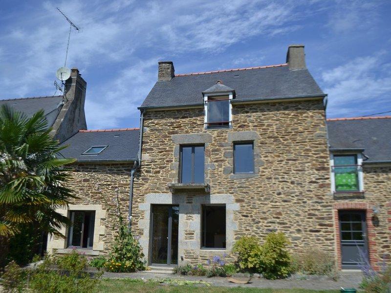 Belle longère en pierre, rénovée, tout confort entre Terre, Mer et Rance, holiday rental in Pleslin-Trigavou