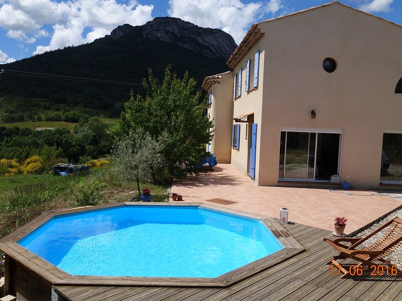 Maison provençale avec piscine, holiday rental in Malijai