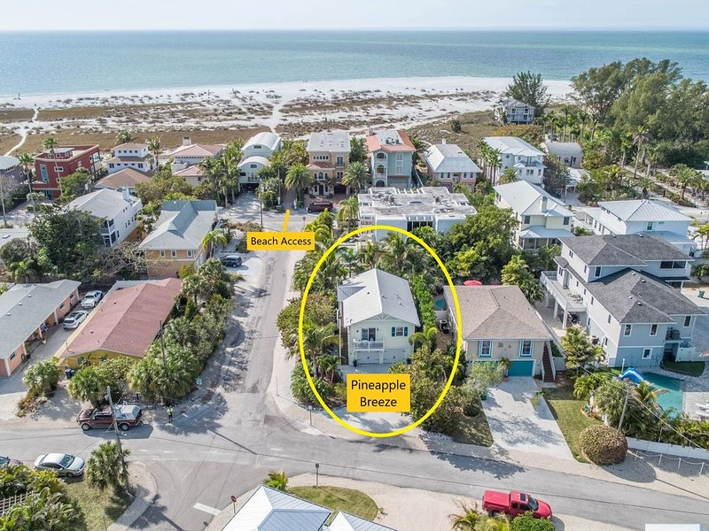 Steps to Bean Point Beach, Pineapple Breeze is a quaint home with private pool, holiday rental in Anna Maria