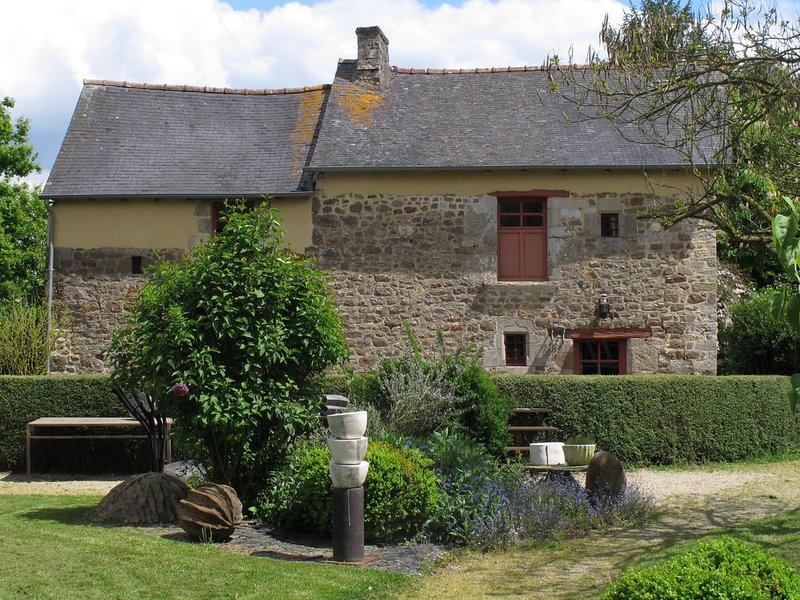 Maison de charme dans un jardin, holiday rental in Hede