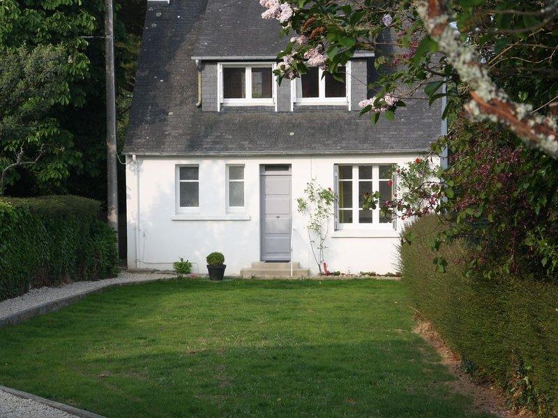Maison à deux pas de la plage, sur le sentier côtier du GR34, vacation rental in Lanveoc