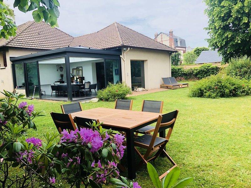 Superbe Maison spacieuse, Grand jardin, Deauville centre, holiday rental in Saint-Arnoult