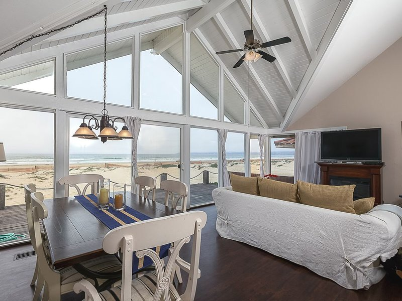 Oceanfront 3BD/3BA Beach House w/Private GuestHouse, holiday rental in Oceano