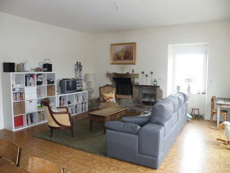 grand gîte de 180 M2, chaleureux, familial et convivial, vacation rental in Loguivy-Plougras